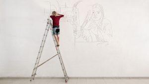 Nina Schmidbauer arbeitet an einer Wandzeichnung, September 2016